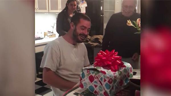 Hombre deprimido recibe regalo de Navidad anticipado – se descompone al levantar la tapa