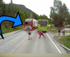 Los niños están a centímetros de ser atropellados – ahora mira cuando viene el camión