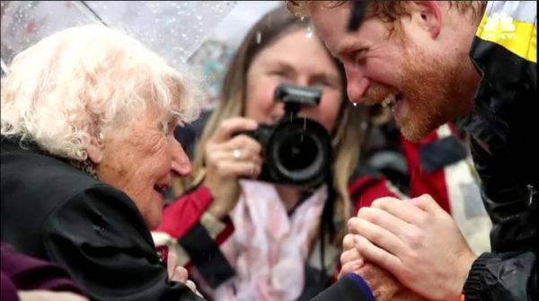 Mujer de 97 años busca la mirada del príncipe Harry, él ve algo familiar en su cara y queda en shock