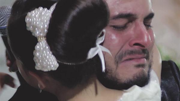 Novio reconoce que quiere a otra – entonces señala a una invitada y la novia empieza a llorar
