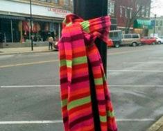 Si ves una bufanda amarrada así en tu ciudad: Esto es lo que significa