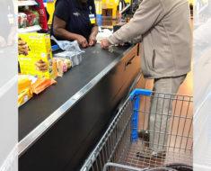 Un hombre está haciendo una fila contando su cambio. La respuesta del cajero se está volviendo viral