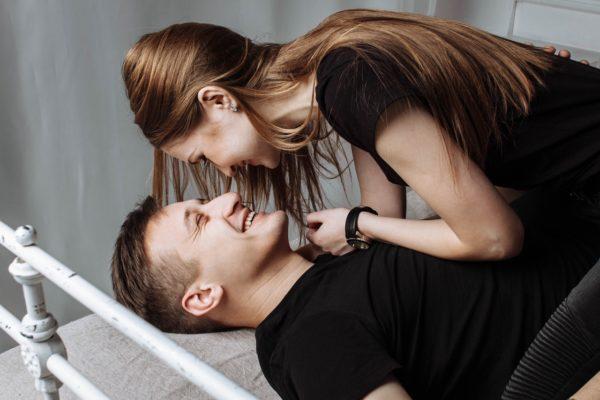Niño atrapa a sus padres haciendo el amor – su comentario al día siguiente vale oro