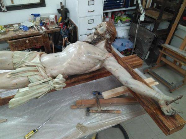 Abrieron una vieja escultura de Cristo y encuentran dentro algo escalofriante