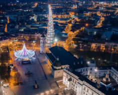 Espectacular árbol de Navidad iluminado por 70.000 bombillas en Vilnius, Lituania