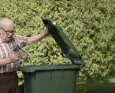 Cada día un viejito tira cosas nuevas a la basura, pero hay un motivo lindo detrás