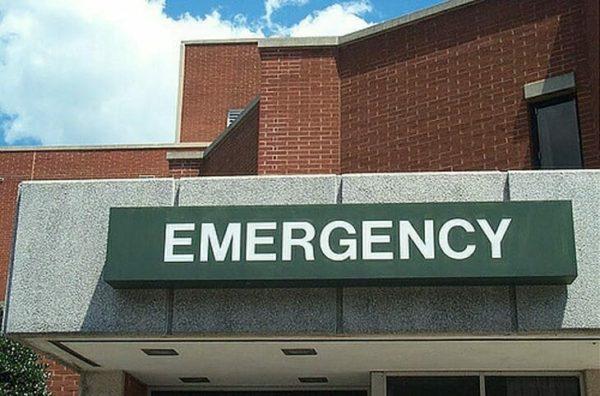 Dejan a anciana sola en emergencias, luego hombre con gorra dice 5 palabras que cambian todo