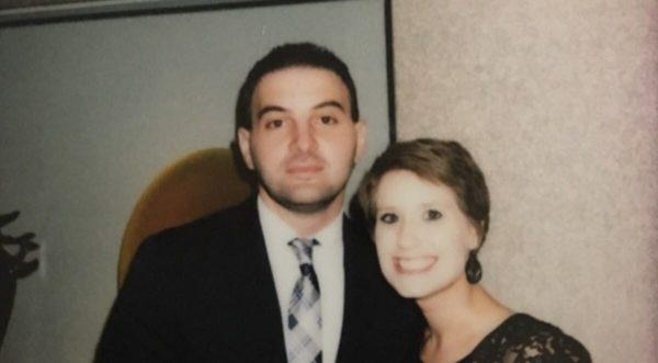 Esposa muere de repente: a la semana él encuentra una foto que por error ella había olvidado borrar