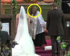 Invitados creen que sacerdote pierde la cabeza, luego los novios se giran y dejan a todos pasmados