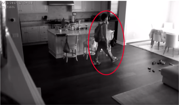 La niñera presiente que algo está muy mal – Entonces, agarra al bebé y comienza a correr