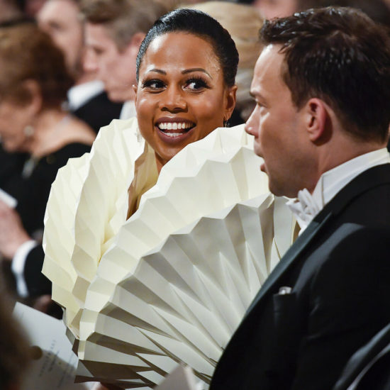 Parece un traje normal de fiesta Nobel, pero al revelarse la parte de arriba deja a la reina boquiabierta