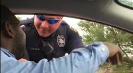 Policía para a hombre que conduce con bebé sin silla para niños: No entiende nada hasta mirar a su esposa