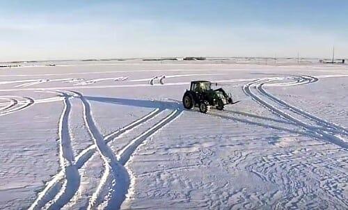 Tractor hace figuras raras en la nieve: Ahora mira cuando el dron revela el mensaje