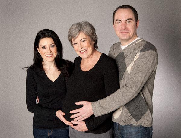 Con 61 años de edad llevó en su vientre a su nieto. Esto fue hace 7 años, hoy una foto revela su cara
