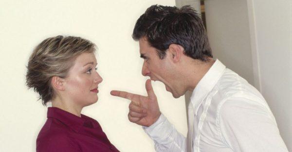 """El marido le dice a la esposa que """"su palabra es la ley – pero su maravilloso contraataque lo deja mudo"""