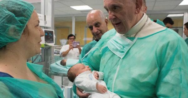 El mensaje del Papa Francisco sobre amamantar en público y no puede ser más aplaudido