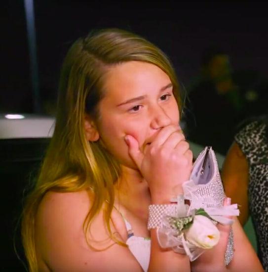 Todos rechazan al niño con síndrome de Down, luego chica lo invita y recibe gracias que nunca olvidará