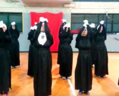12 monjas alzan sus brazos hacia el cielo – luego la música empieza y no paro de reír