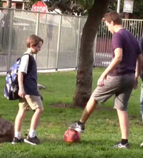 3 jóvenes se burlan de chico en parque: Hombre sentado en banco se enfurece y reacciona de inmediato