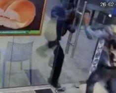 Asaltantes entran en tienda para robar – pero nunca se esperaban la reacción de este trabajador