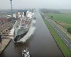 Este barco gigantesco está a punto de caerse en el agua, entonces ocurre lo increíble