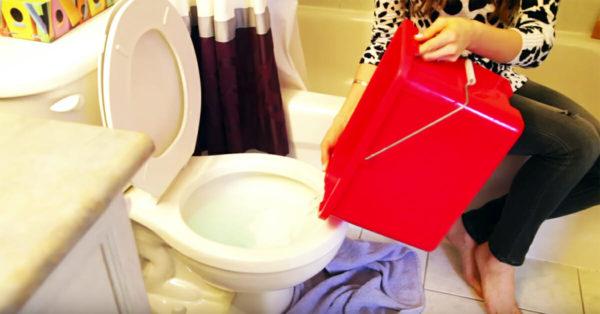 Inodoro atascado y ningún desatascador en casa – entonces mi vecino reveló este truco genial
