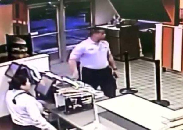 Mujer se acerca con su auto a caja de McDonald's, entonces el personal oye gritos de niño en asiento trasero y actúa de inmediato