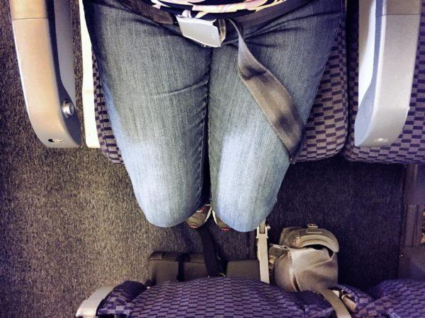 Hombre se burla de mujer gorda en el avión – pero su inesperada respuesta le da una lección para la vida