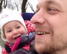 """Le va enseñar a su hija a decir """"papá"""", pero escucha la reacción cuando ella abre la boca"""