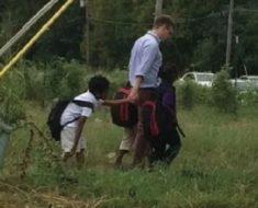 Madre ve a un señor caminando con varios niños en la calle. Sacó su cámara para grabar la verdad…