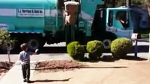 Madre ve al basurero acercarse a su hijo, mira de cerca y se da cuenta de lo que está sucediendo