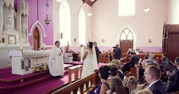 Una voz interrumpe la boda y deja a la novia helada – cuando se gira salen las lágrimas
