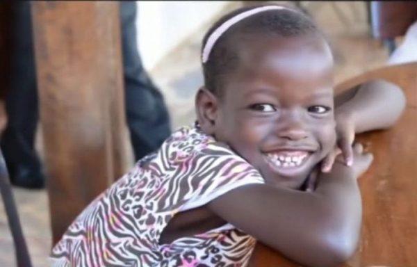 Deseaban una hija y adoptaron una niña de Uganda – Al saber su historia, la enviaron de vuelta