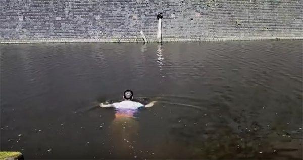 Hombre sale con el perro y ve algo moverse atrás – mira de cerca y se tira al agua