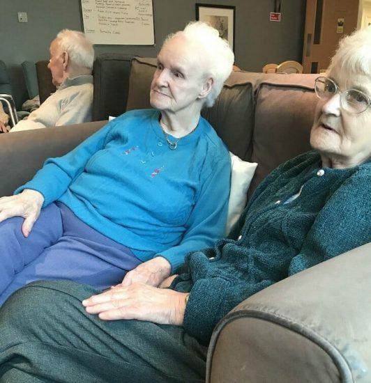 Mujer lleva a abuela con demencia a asilo de ancianos, oye 6 palabras que le parten el corazón al instante