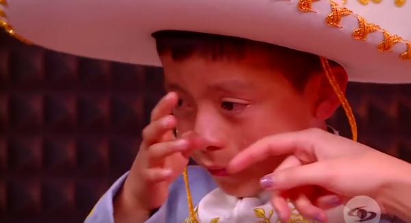 Todos piensan que niñito no podrá cantar y él llora, pero mira quién aparece y lo cambia todo
