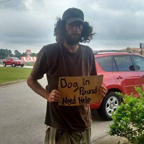 Mujer pasa por mendigo con un letrero raro: Lee 5 palabras que la obligan a actuar de inmediato