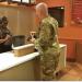 nadie-puede-olvidar-lo-que-este-soldado-hizo-en-un-local-de-comida-rapida